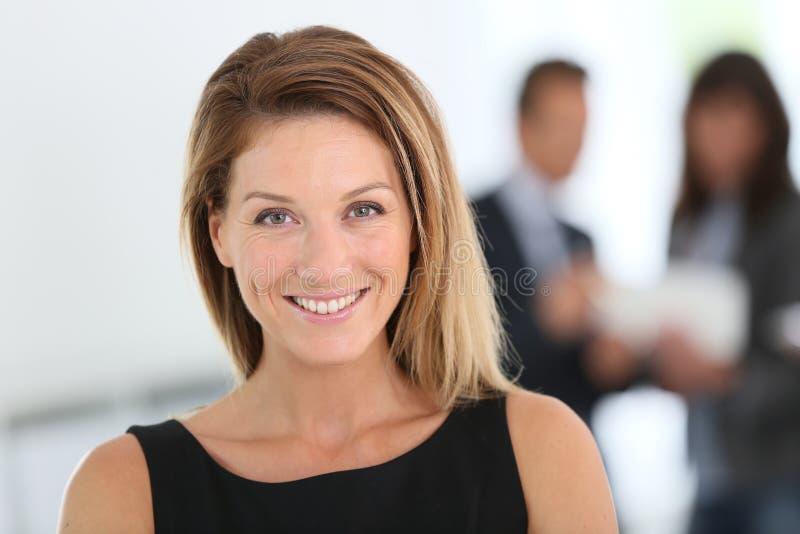 Attraktiv affärskvinna på kontoret arkivfoton
