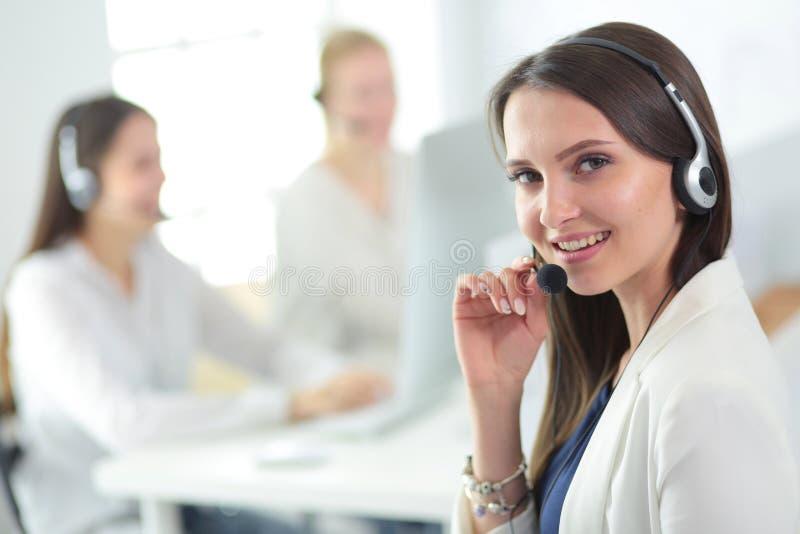 Attraktiv affärskvinna som arbetar på bärbara datorn på kontoret vektor för folk för affärsillustrationjpg royaltyfria foton