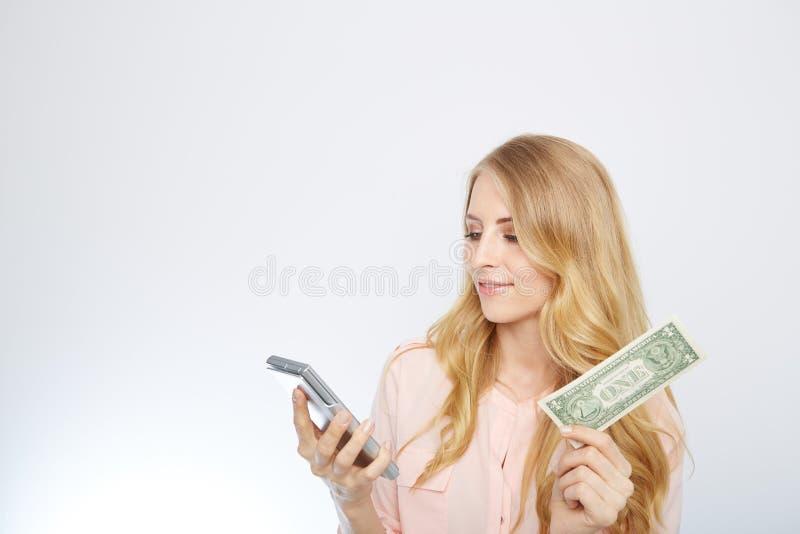 Attraktiv affärskvinna som bär en dräkt och royaltyfri foto