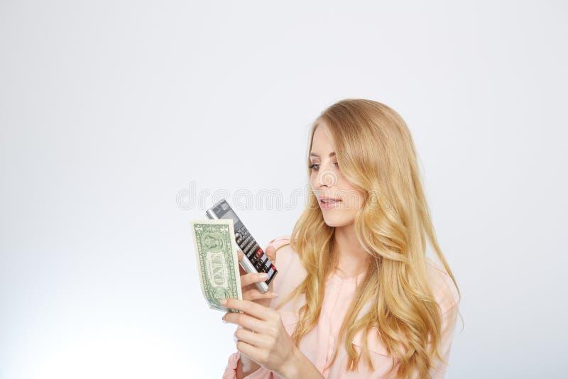 Attraktiv affärskvinna som bär en dräkt och fotografering för bildbyråer