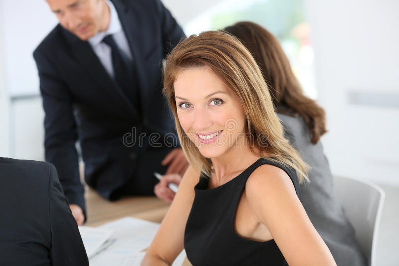 Attraktiv affärskvinna som deltar i möte arkivbild