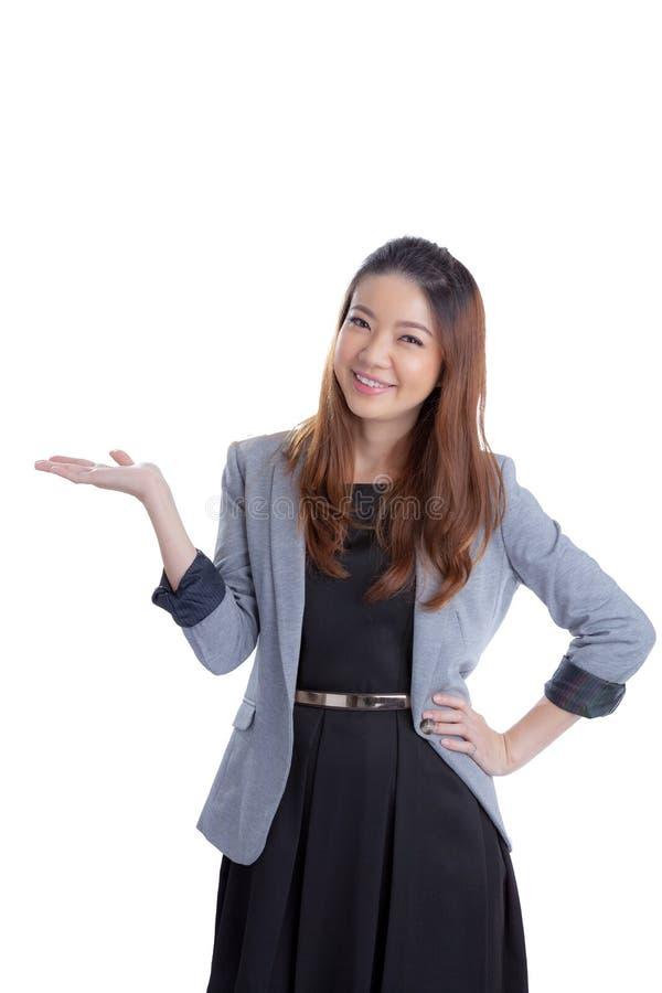 Attraktiv affärskvinna som framlägger något på gömma i handflatan av henne royaltyfri foto