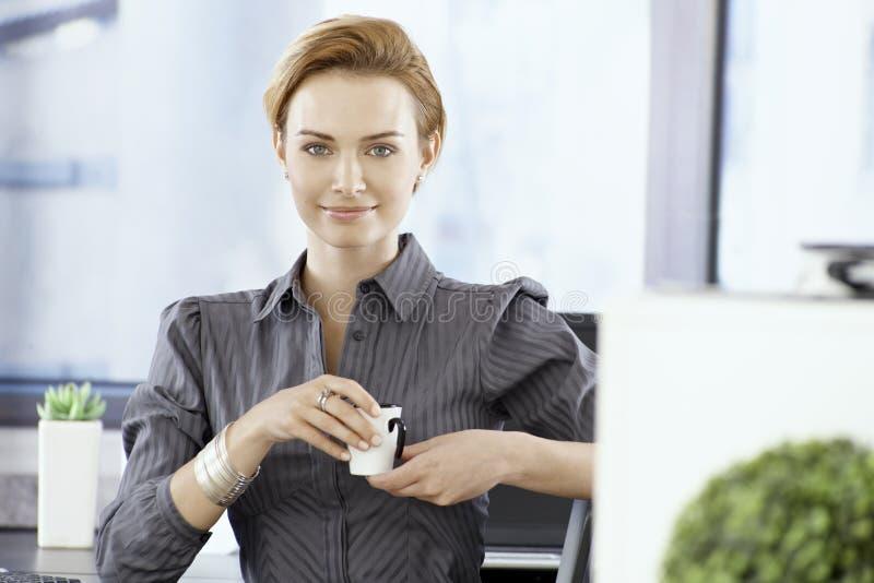 Attraktiv affärskvinna som har kaffe arkivbilder