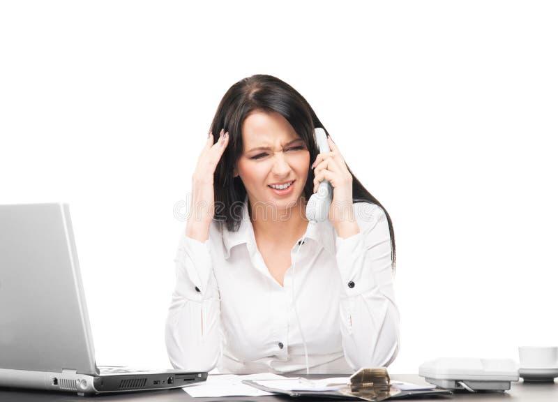 Attraktiv affärskvinna som i regeringsställning arbetar royaltyfri foto