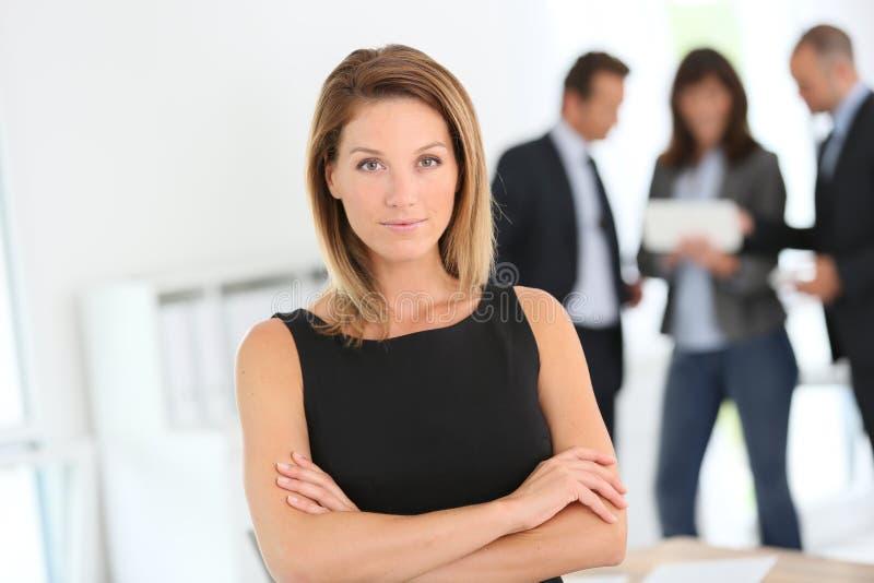 attraktiv affärskvinnastående arkivbild