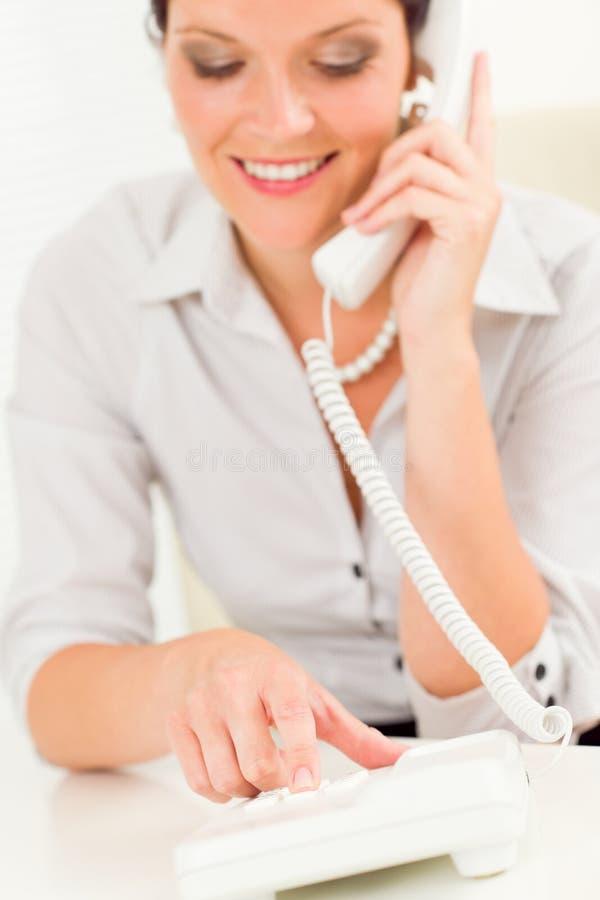 attraktiv affärskvinnatelefonprofessionell royaltyfria foton