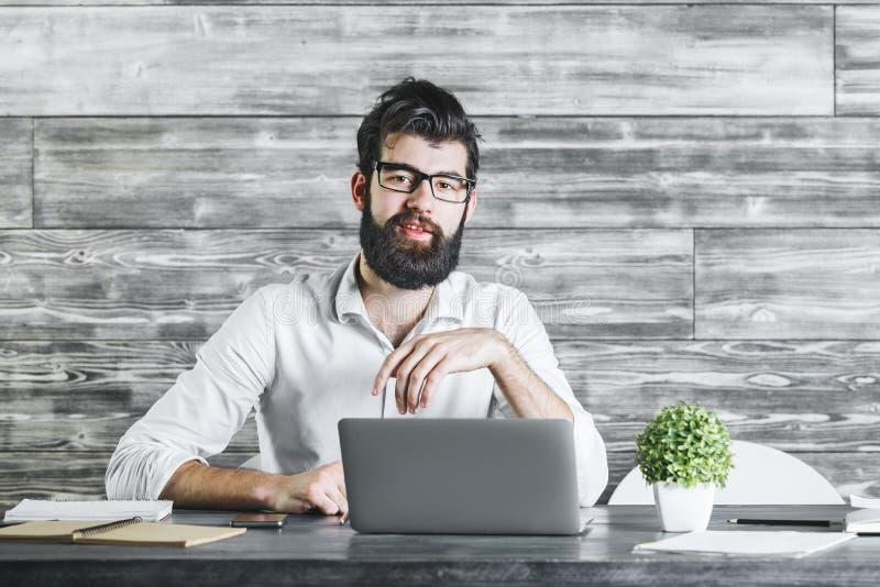 Attraktiv affärsman som använder bärbar datordatoren royaltyfri foto