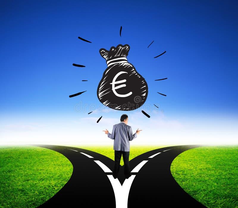 Attraktiv affärsman som väljer andra sättet för europengarfinans arkivfoton