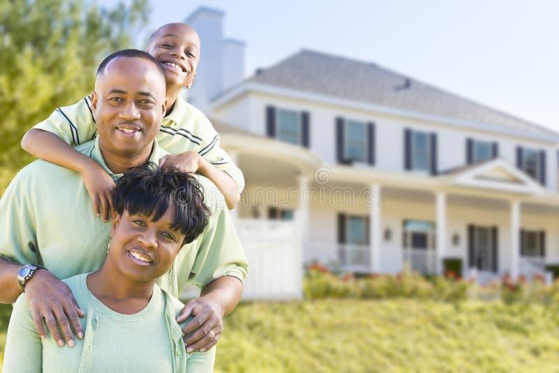 Attraktiv afrikansk amerikanfamilj framme av hemmet fotografering för bildbyråer