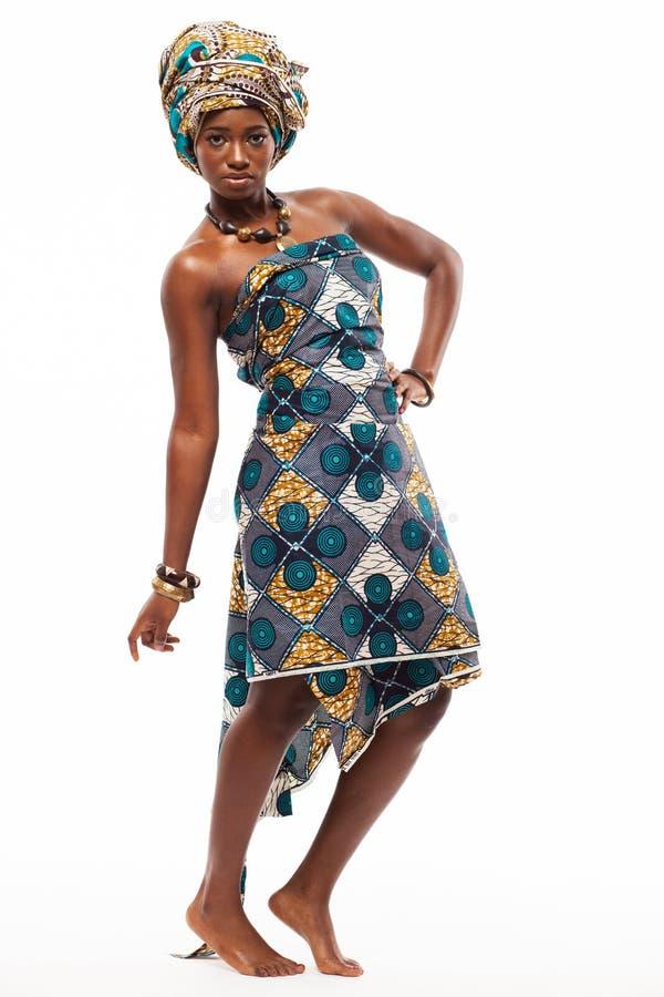 Attraktiv afrikansk modell i traditionell klänning royaltyfri fotografi
