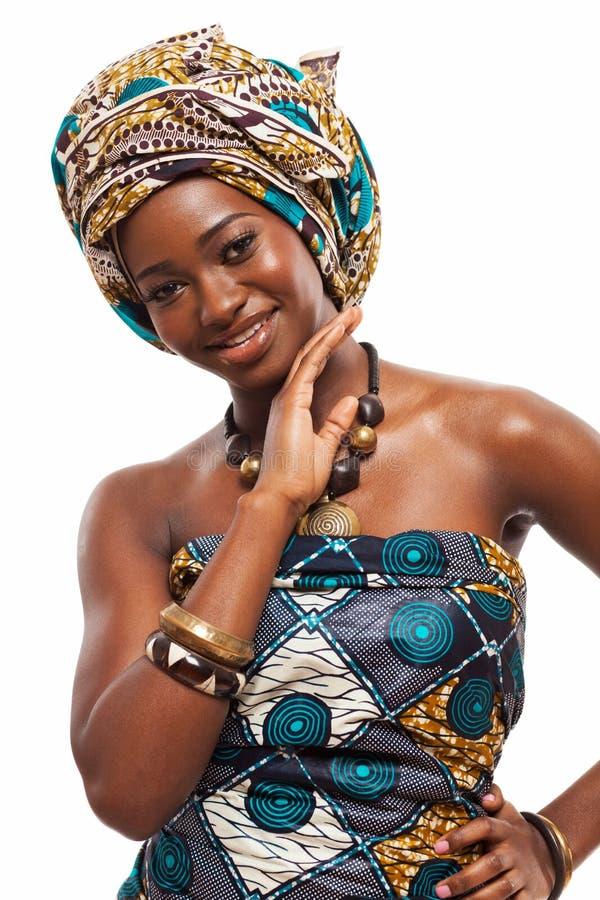 Attraktiv afrikansk modell i traditionell klänning royaltyfria bilder