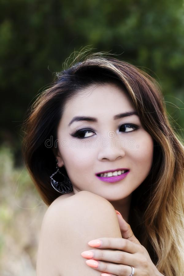 Attraktiv asiatisk amerikansk kvinna för kal stående för skuldra utomhus- royaltyfri fotografi