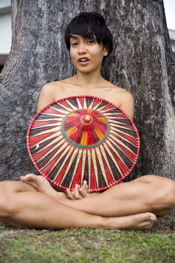 Attraktiv asiatisk dam med hatten royaltyfria foton