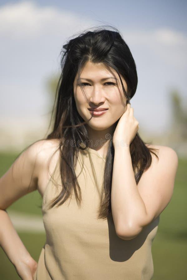 Attraktiv asiatisk kvinna royaltyfri foto