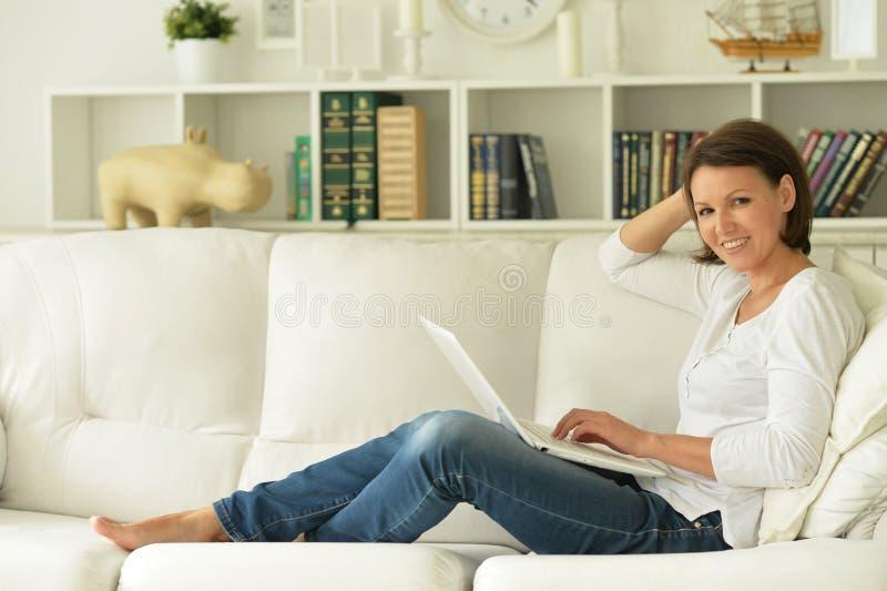 Download Attraktiv Bärbar Dator Genom Att Använda Kvinnan Fotografering för Bildbyråer - Bild av rengöringsduk, bärbart: 78728659