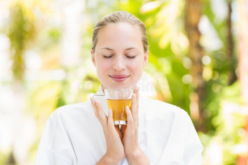 attraktiv bakgrund som dricker den isolerade teawhitekvinnan arkivfoton