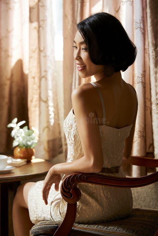 attraktiv bakgrund som isoleras över le vit kvinna royaltyfri bild