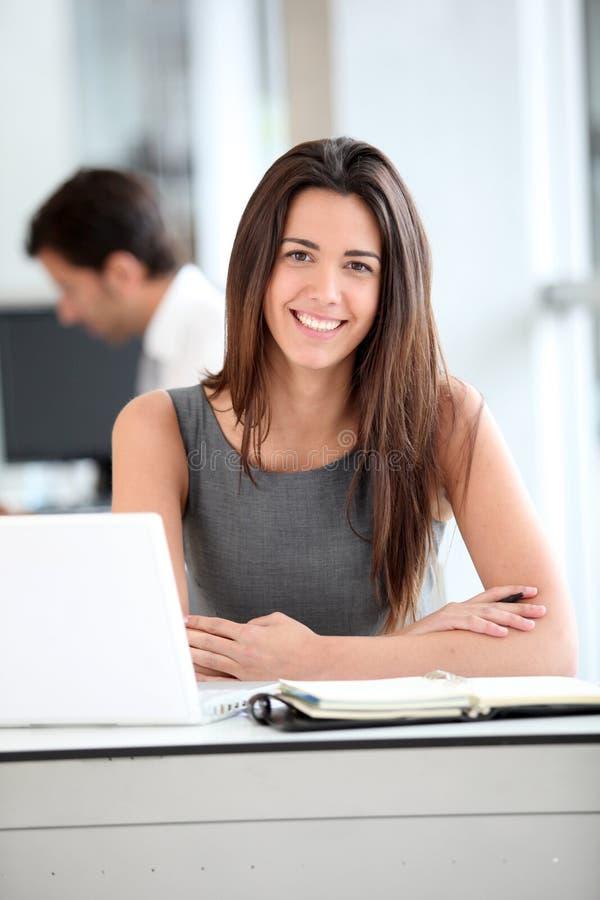 attraktiv bakgrundsaffärskvinnabärbar dator över white arkivfoton