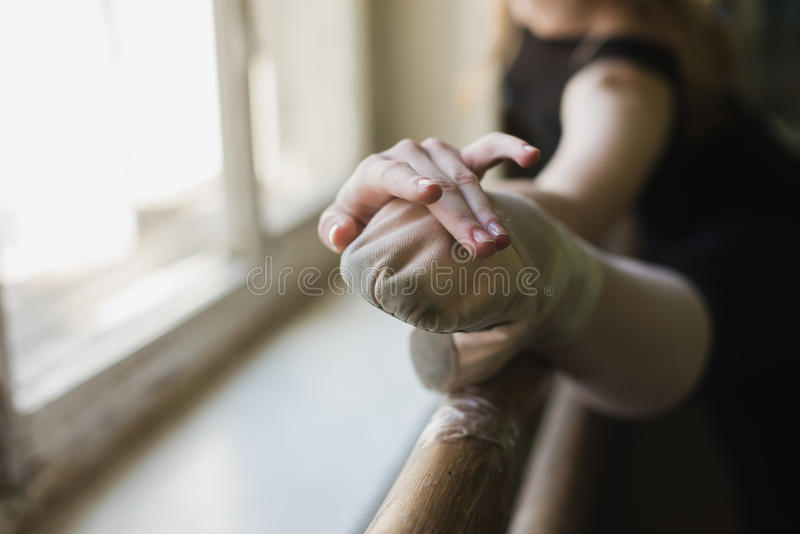 Attraktiv ballerina som värmer upp i balettgrupp royaltyfri fotografi