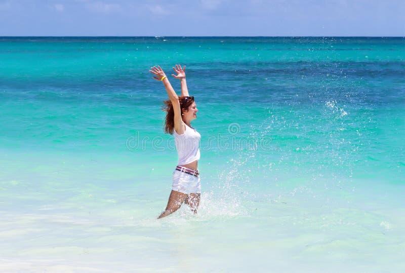 Attraktiv banhoppning för ung kvinna i havet royaltyfri foto