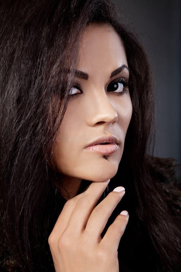 attraktiv blandad ståenderacekvinna arkivfoton