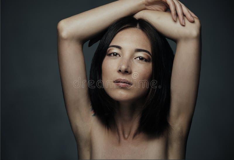 attraktiv blandad ståenderacekvinna arkivfoto