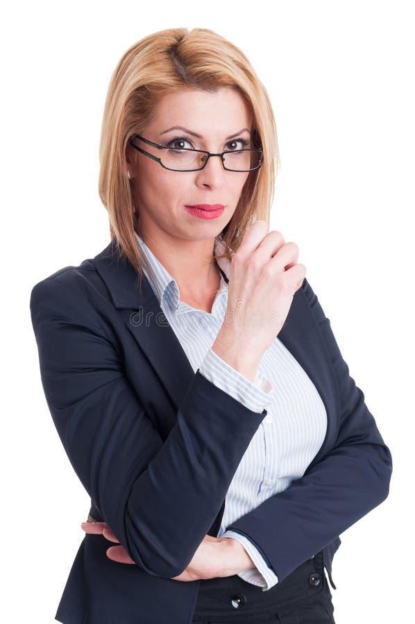 Attraktiv blond affärskvinna som ser in i kameran royaltyfri foto