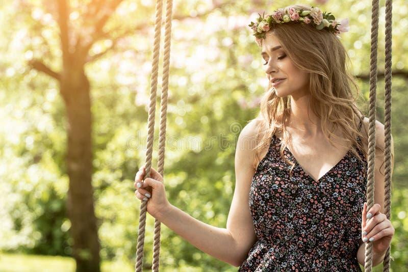 Attraktiv blond flicka i blommande trädgård royaltyfri bild