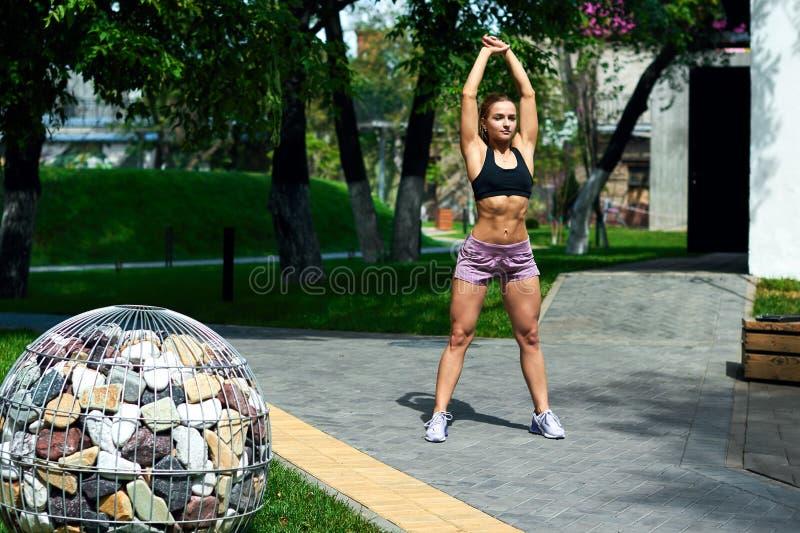 Attraktiv blond flicka som gör yoga i gatan royaltyfria bilder