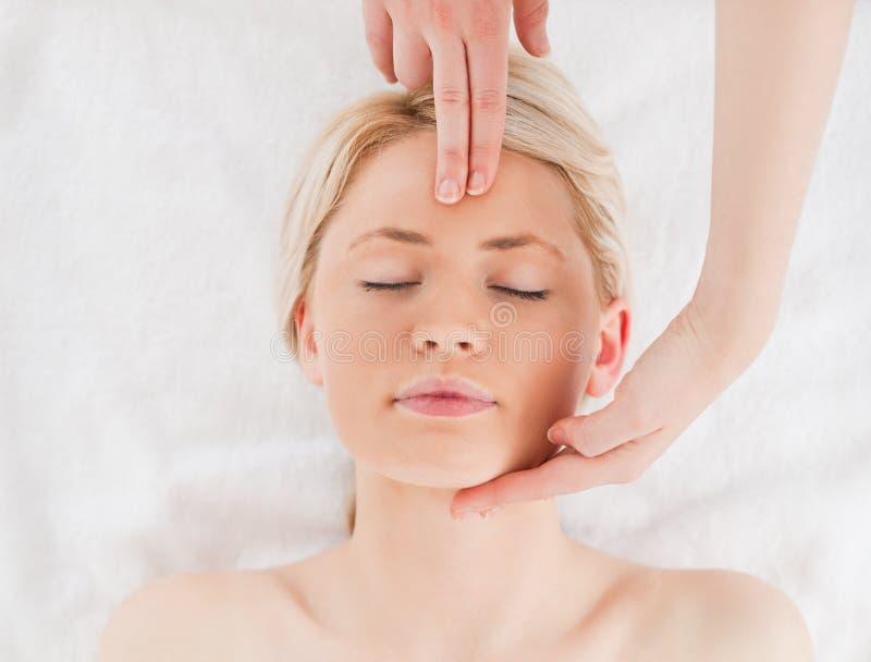 Attraktiv blond-haired kvinna som får en massage royaltyfria foton