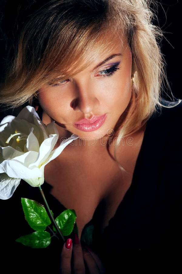attraktiv blond kvinna arkivfoton