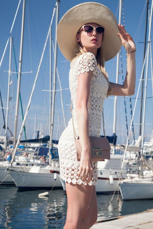 Attraktiv blond kvinna i hamn royaltyfri bild