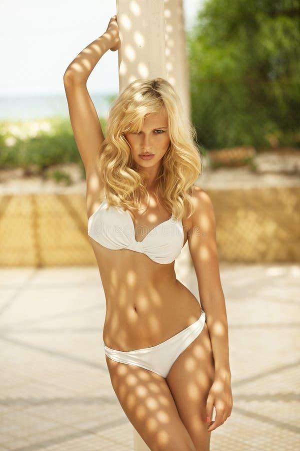 Attraktiv blond kvinna med den perfekta kroppen royaltyfri foto