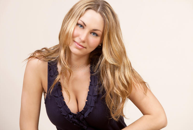 attraktiv blond kvinnlig royaltyfri bild