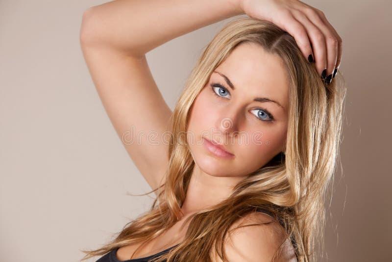 attraktiv blond kvinnlig arkivfoto