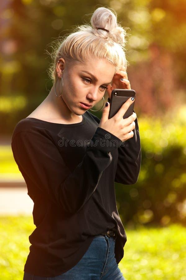 Attraktiv blond kvinnlig danandeselfie utomhus royaltyfri foto