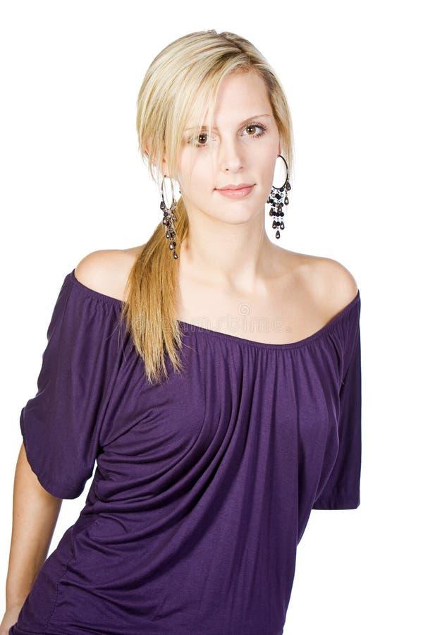 attraktiv blond purpur överkant royaltyfri fotografi