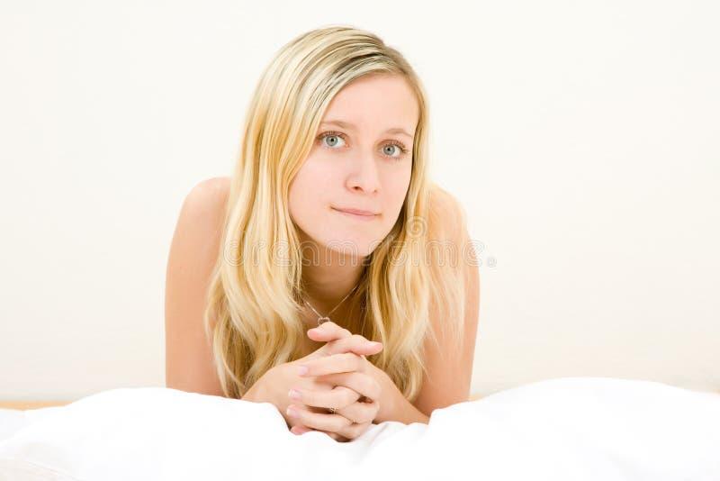 attraktiv blond tonåring arkivbild