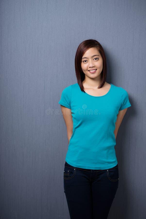 Attraktiv blygsam ung asiatisk kvinna arkivfoton