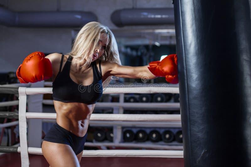 Attraktiv boxning för ung kvinna på idrottshallen fotografering för bildbyråer
