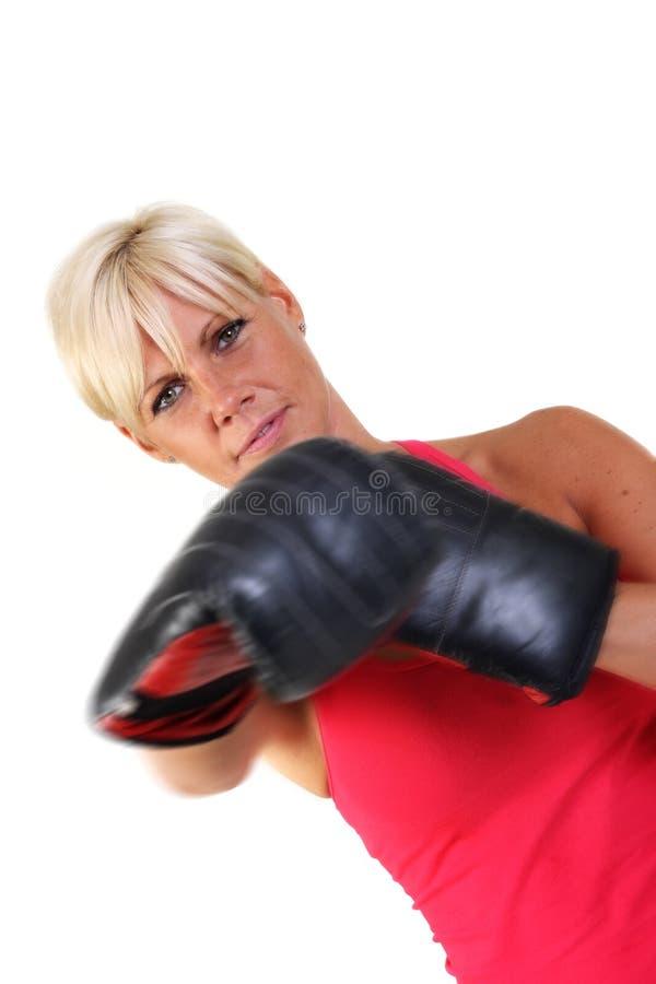 attraktiv boxningskuggakvinna arkivfoto