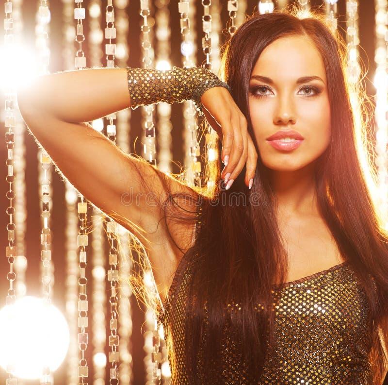 attraktiv brunettklubbakvinna arkivbilder