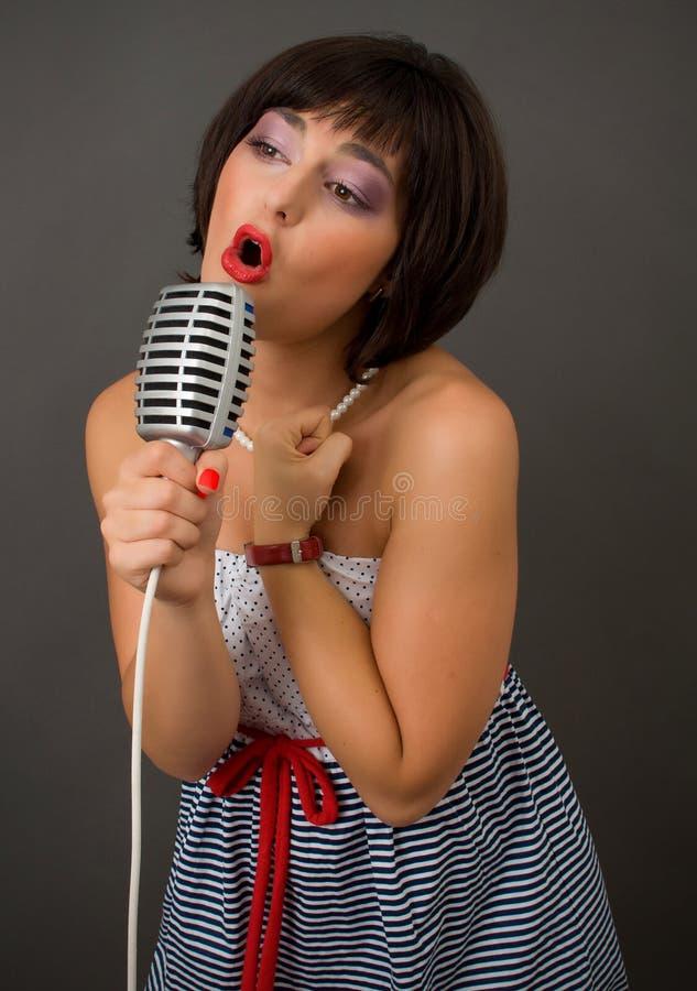Attraktiv brunettkvinna fotografering för bildbyråer