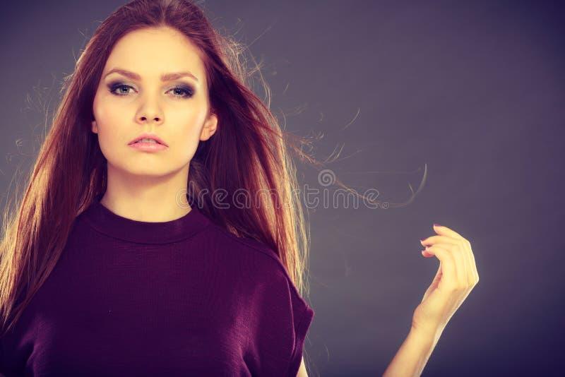 Attraktiv brunettkvinna med windblown h?r royaltyfria bilder