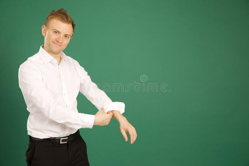 Attraktiv caucasian bärande vit dräkt för vuxen man och rullande u fotografering för bildbyråer