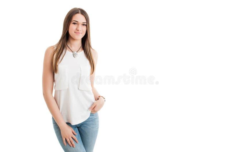 Attraktiv charmig flicka som ler och poserar som kopplas av i modern cl royaltyfria bilder