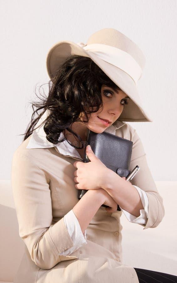 attraktiv dagbok henne retro kvinna för look arkivfoton