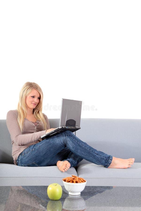 attraktiv datoranteckningsbok genom att använda kvinnan royaltyfri foto