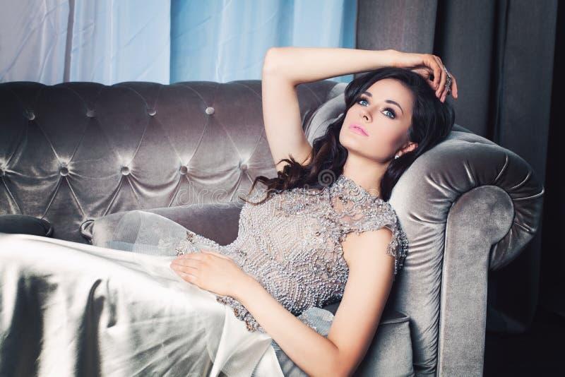 attraktiv drömma kvinna royaltyfri foto