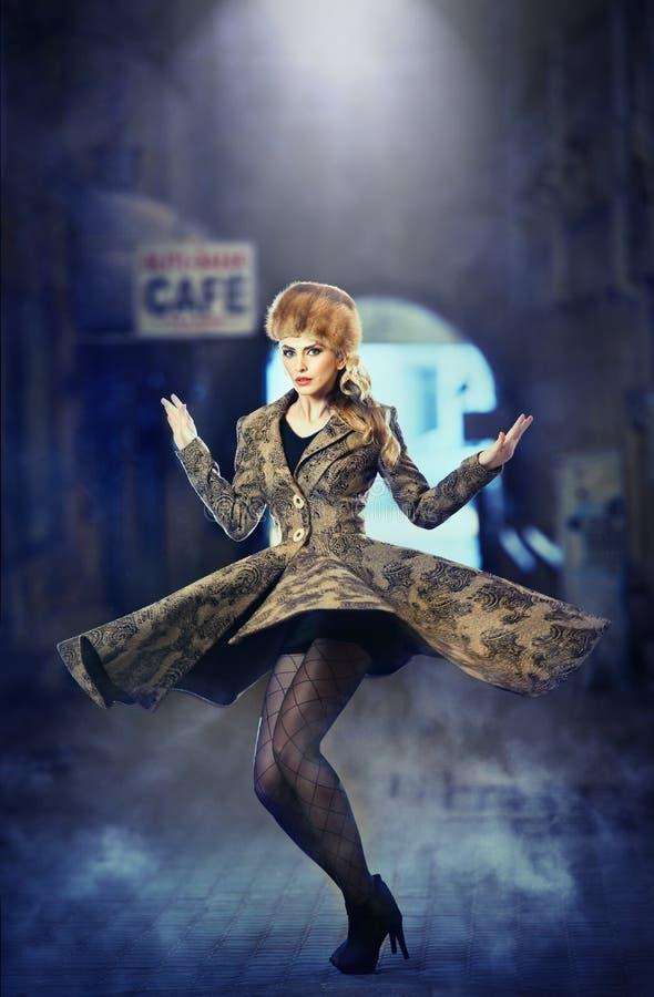 Attraktiv elegant blond ung kvinna som bär en dräkt med rysk påverkan i stads- modeskott. Härlig trendig flicka royaltyfri bild
